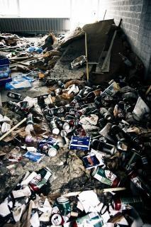 Poubelle à l'intérieur de bâtiment abandonné Photo gratuit