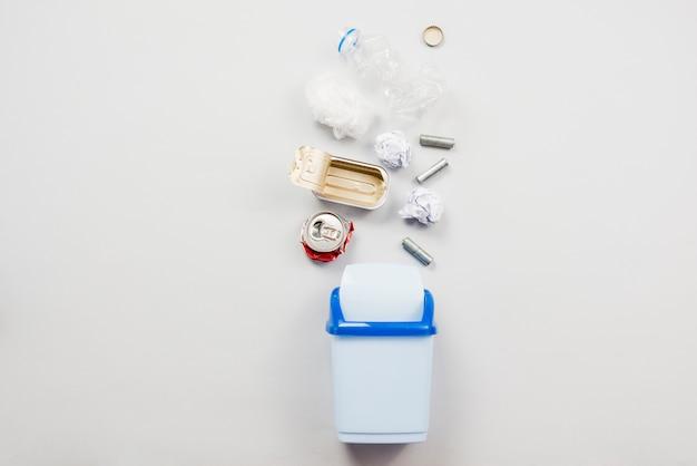 Poubelle recyclable tombant dans la poubelle Photo gratuit