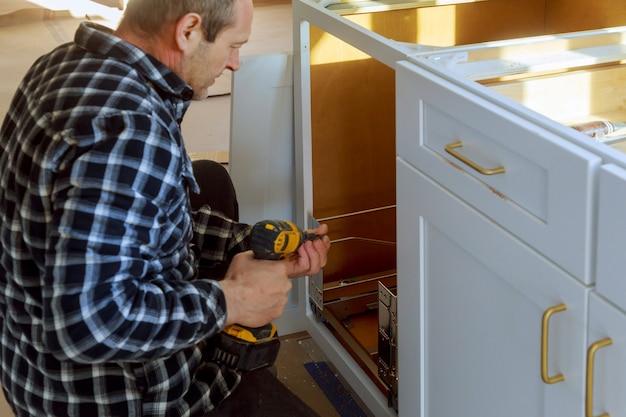 Poubelle à tiroirs installés avec façade pour tiroir à l'intérieur pour petits objets Photo Premium