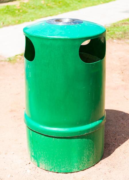 Poubelle verte et cendrier Photo Premium