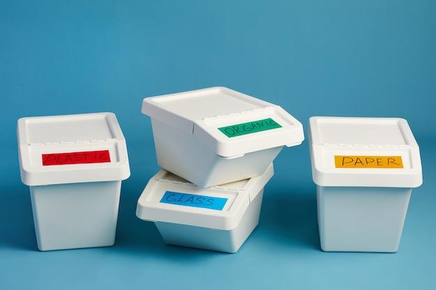 Poubelles étiquetées Pour Déchets De Plastique Et De Papier En Ligne, Concept De Tri Et De Recyclage Photo Premium