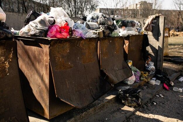 Poubelles avec des ordures. les bennes à ordures étant pleines de déchets Photo Premium