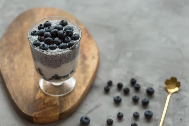Pouding Aux Graines De Chia Avec Yogourt Au Lait D'amande Et Dessert Aux Myrtilles Dans Un Verre Photo Premium