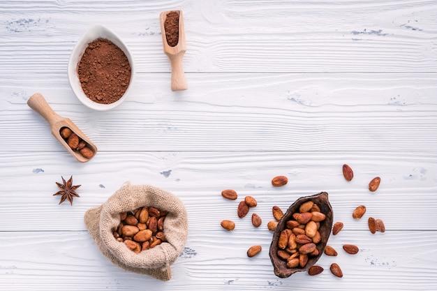 Poudre de cacao et fèves de cacao sur fond en bois. Photo Premium