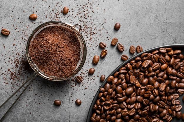 Poudre De Café à Plat Dans Une Passoire Et Des Grains De Café Photo Premium