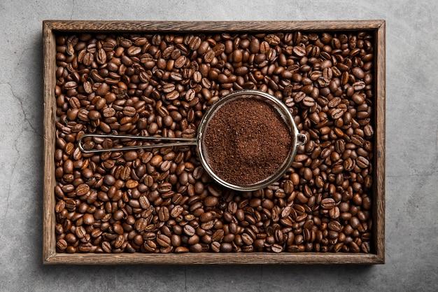 Poudre De Café à Plat Dans Une Passoire Et Des Grains De Café Photo gratuit