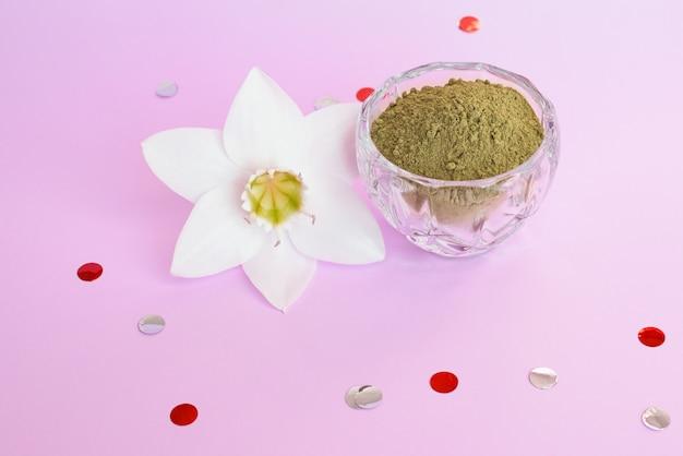 Poudre De Henné Naturel Et Loche Végétale Sur Une Surface Rose. Concept Beauté Féminine Et Cosmétologie. Coloration Des Sourcils Et Des Cheveux. Photo Premium