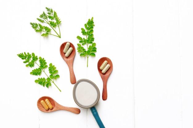 Poudre d'herbes en capsules d'herbe pour une alimentation saine Photo Premium