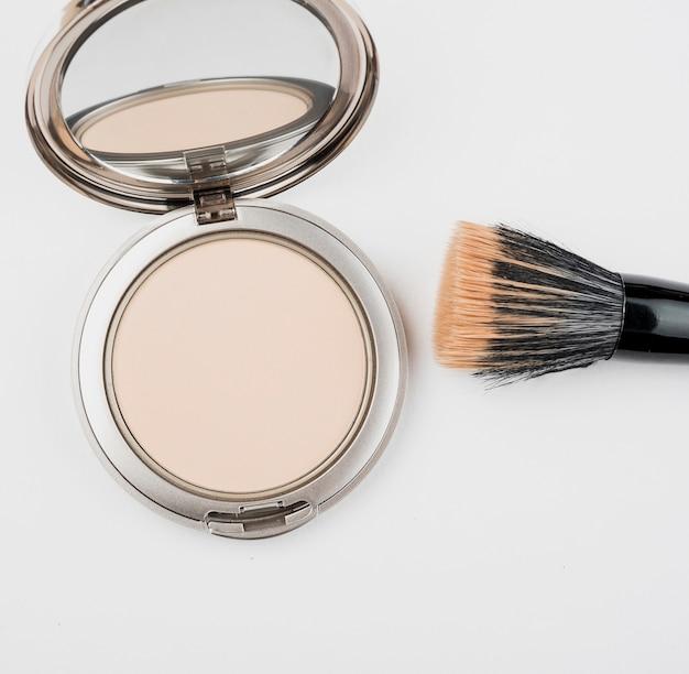 Poudre De Maquillage Et Pinceau De Près Photo gratuit