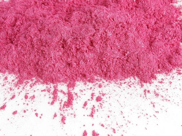Poudre de pigment de mica rose choquant pour cosmétique Photo Premium