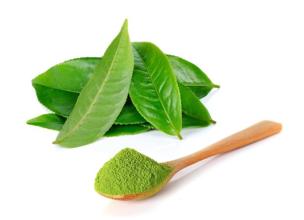Poudre de thé vert et feuille de thé vert isolé sur fond blanc Photo Premium