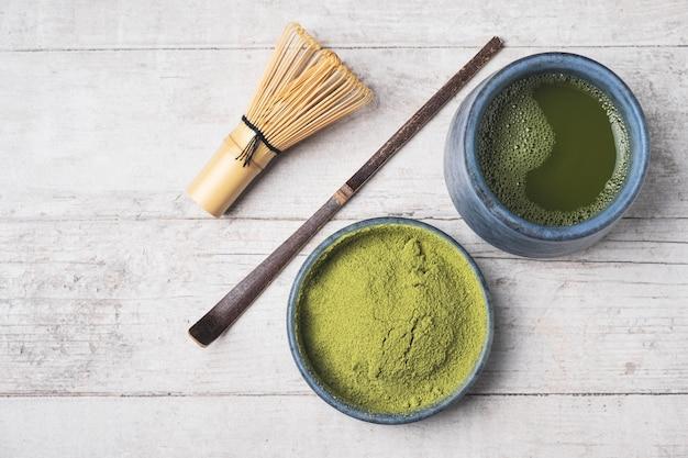 Poudre de thé vert japonais matcha. Photo Premium