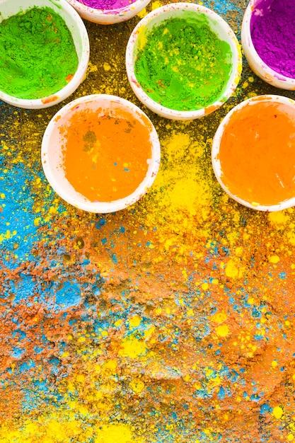 Poudres de holi colorées dans des seaux Photo gratuit