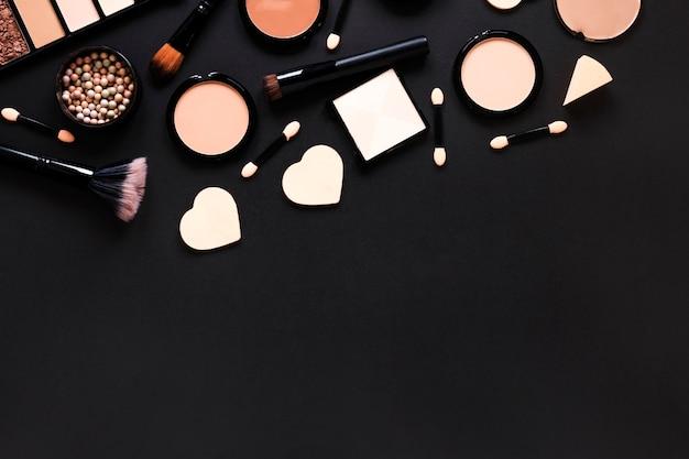 Poudres pour le visage avec des pinceaux à poudre sur la table Photo gratuit