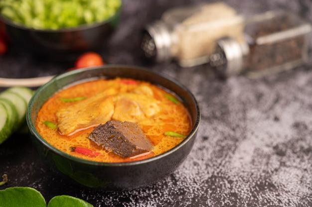 Poulet Au Curry Dans Une Tasse Noire. Photo gratuit