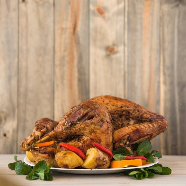Poulet au four avec des légumes sur une assiette Photo gratuit