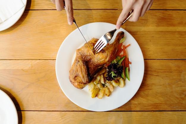 Poulet barbecue spatchcocked avec vue de dessus de légume sur la plaque blanche Photo Premium