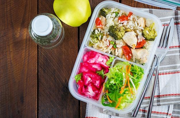 Poulet, Brocoli, Pois Verts, Tomate Avec Riz Et Chou Rouge Photo Premium