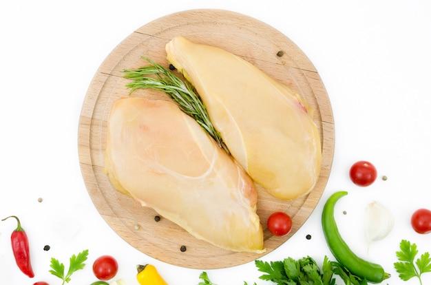 Poulet cru avec différents ingrédients Photo gratuit