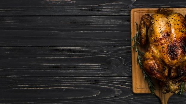 Poulet délicieux à bord Photo gratuit