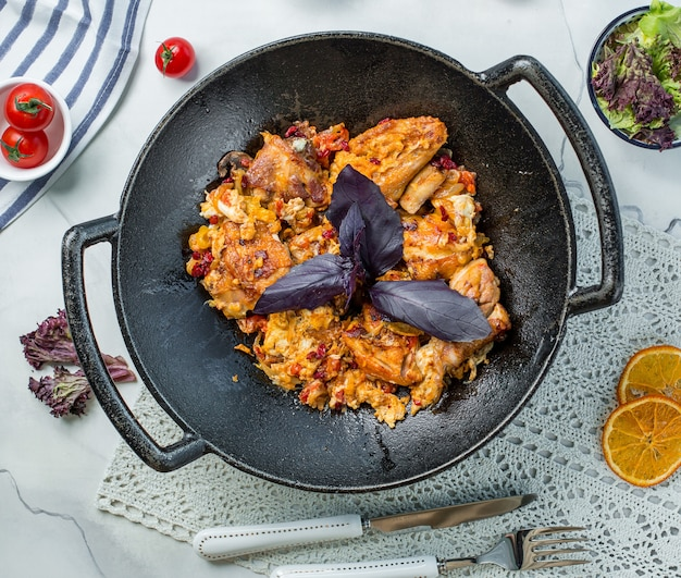Poulet frit au basilic dans la poêle Photo gratuit