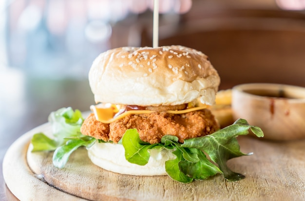 Poulet frit avec burger au fromage Photo Premium