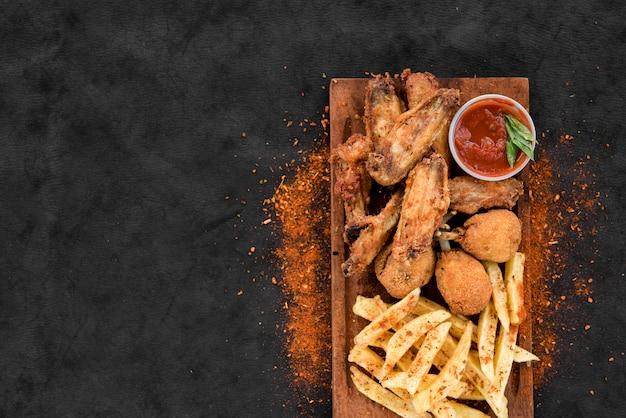 Poulet frit épicé et pomme de terre avec sauce Photo gratuit