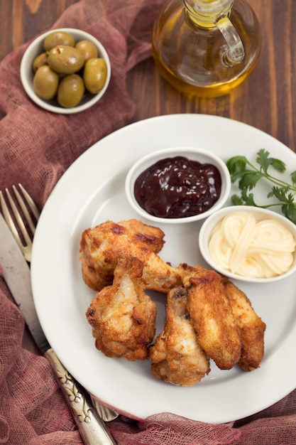 Poulet Frit Avec Sauces Sur Plaque Blanche Photo Premium