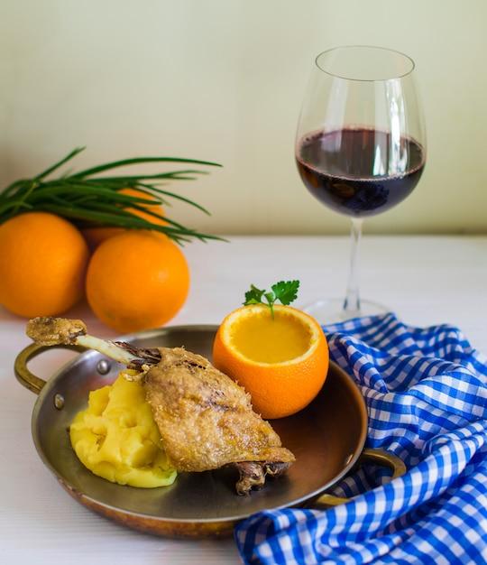 Poulet frit servi avec purée de pommes de terre et soupe de lentilles dans un bol en peau d'orange Photo gratuit