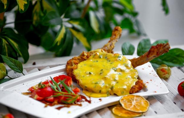 Poulet frit sous la sauce au fromage dans l'assiette Photo gratuit
