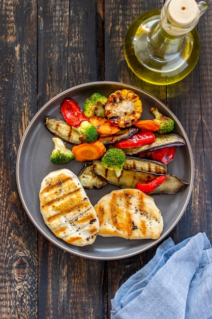 Poulet grillé aux légumes grillés Photo Premium
