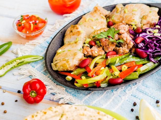 Poulet grillé aux légumes en julienne Photo gratuit