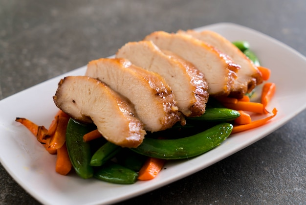 Poulet grillé aux petits pois et carottes Photo Premium