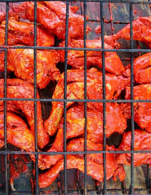 Poulet grillé dans une sauce à l'achiote rouge tikinchik mayan Photo Premium