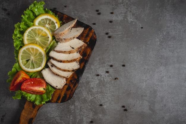 Poulet grillé sur une planche à découper. Photo gratuit