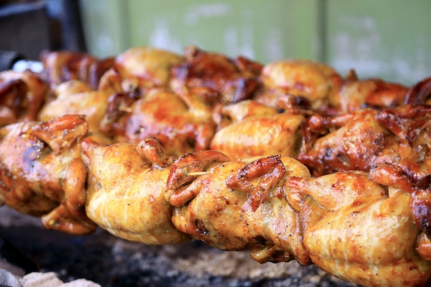 Poulet rôti au four, style traditionnel. Photo Premium