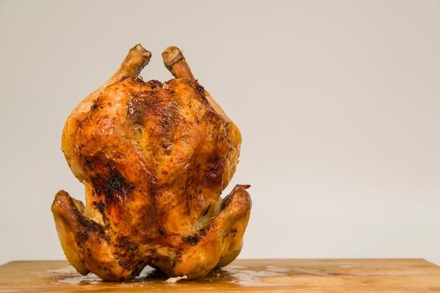 Poulet rôti debout sur la table Photo gratuit
