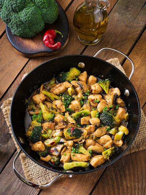 Poulet Sauté Au Brocoli Et Aux Champignons - Cuisine Chinoise Photo Premium
