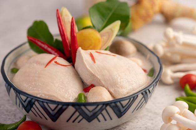 Poulet à La Soupe De Lait De Coco, Galanga, Citronnelle Et Piment Thaï. Photo gratuit
