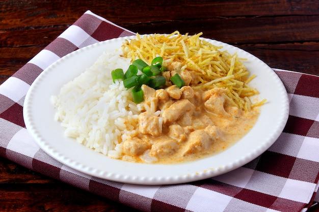 Le poulet stroganoff est un plat issu de la cuisine russe. Photo Premium