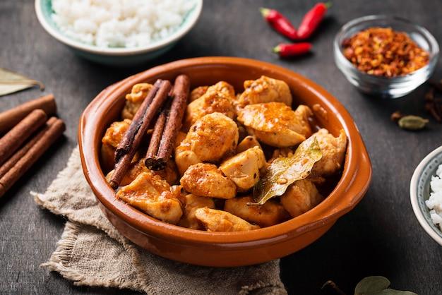 Poulet tikka masala. plat indien traditionnel Photo Premium