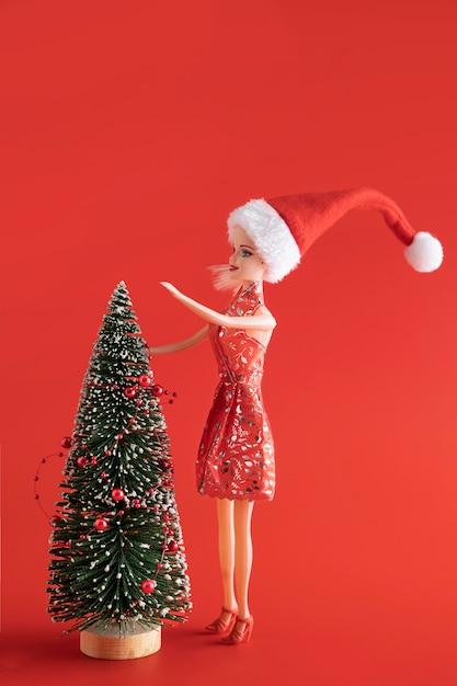 Poupée Barbie Décorant Le Sapin De Noël Photo gratuit