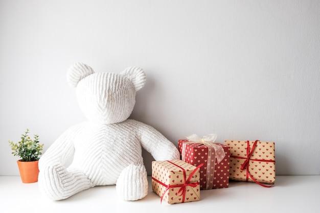 Poupée en tissu blanc assise sur la table dans la pièce. convient pour un cadeau lors de festivals. Photo Premium