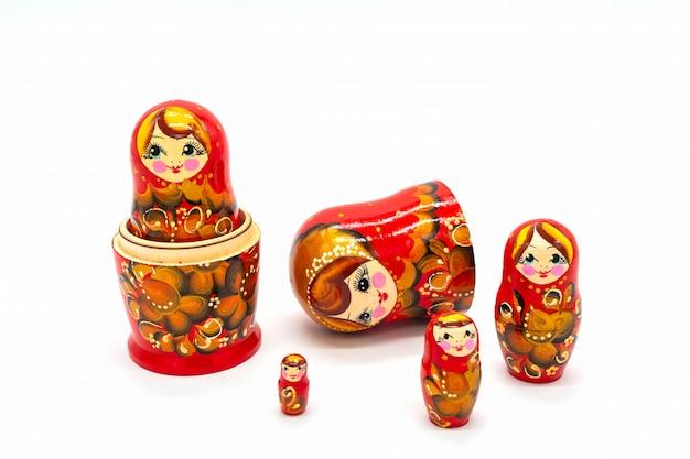 Poupées de matryoshka isolés sur fond blanc. souvenir de poupée russe en bois. Photo Premium