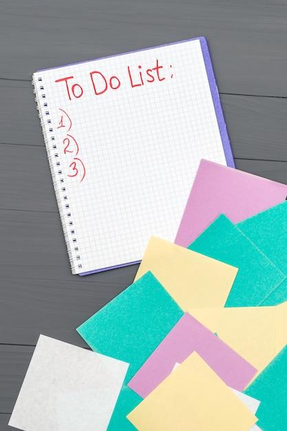 Pour Faire La Liste Des Pages De Papier Sur Le Bureau En Bois Photo Premium