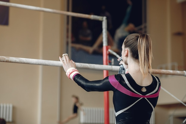 Poutre De Gymnastique Enfant. Athlète Gymnaste Femme Lors D'un Exercice Barre Horizontale Dans Les Compétitions De Gymnastique. Photo gratuit