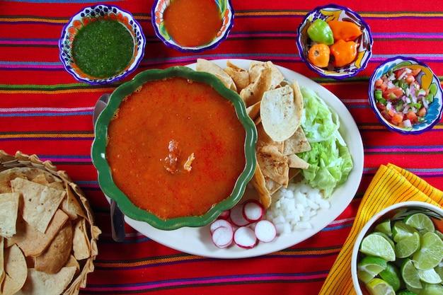 Pozole maya yucatan soupe mexicaine sauces au chili Photo Premium