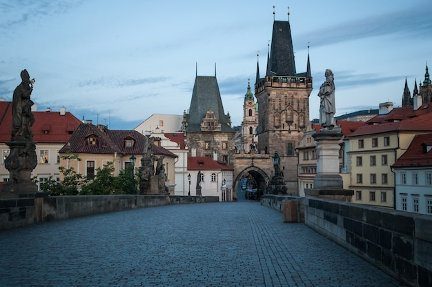Prague, pont charles, aube, sculpture, histoire de l'attraction. Photo Premium