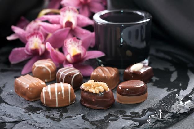 Pralinés au chocolat sur une surface de pierre noire Photo Premium