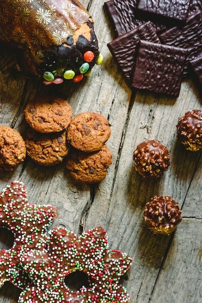 Pralinés à base de biscuits et de chocolats pour profiter des vacances de noël Photo Premium